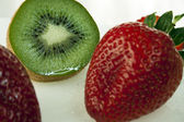 Fresh sliced ​​kiwi with strawberries — Stock Photo