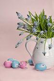 Niebieskie kwiaty z kolorowych jaj — Zdjęcie stockowe