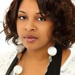 Beyaz arka plan üzerinde güzel ciddi bir siyah kadın — Stok fotoğraf