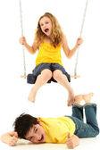 Menina da escola em balanço derruba rapaz no chão — Foto Stock
