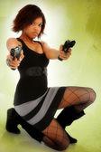 Genç yetişkin siyah kadın silahlarla kendini savunmak — Stok fotoğraf