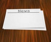 Página de notícias na mesa — Fotografia Stock