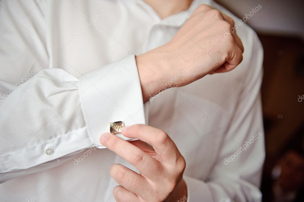 A man putting on his cuff links  — Stock Photo #10524905