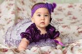 Een baby in de paarse hoed — Stockfoto
