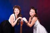 Dvě dívky s kytarou — Stock fotografie