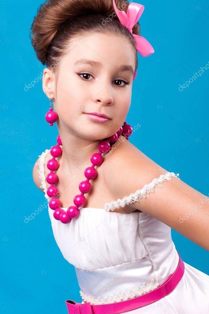 可爱的女孩与粉红色的珠子