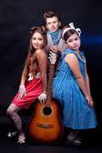 три подростков с guita — Стоковое фото