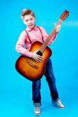 Um menino com guitarra — Fotografia Stock