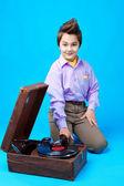 Een jongen met grammofoon — Stockfoto