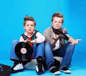 Teo ragazzi con Rebecca records — Foto Stock
