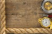 Las cuerdas de la nave y compás con lápiz sobre madera — Foto de Stock