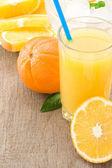 Apelsinjuice och skivor frukt på trä — Stockfoto