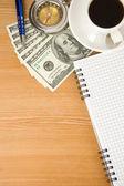 Anteckningsbok och kaffe med dollar — Stockfoto
