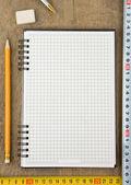 Notebook und maßband auf holz — Stockfoto