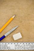 Pen, potlood en liniaal op hout — Stockfoto