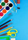 школьные принадлежности на цветной бумаге — Стоковое фото