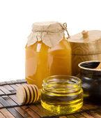 Vasetti isolati su bianco e miele — Foto Stock