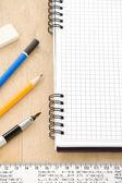 перо, карандаш и блокнот на дереве — Стоковое фото