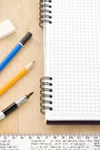 Penna, matita e quaderno su legno — Foto Stock