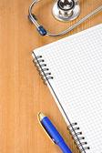 Not defteri ile sağlık stetoskop — Stok fotoğraf