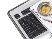 Datorns tangentbord och penna — Stockfoto