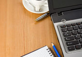 Pluma de notebook laptop, café y azul — Foto de Stock