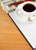 Taza de café y portátil con el dólar — Foto de Stock