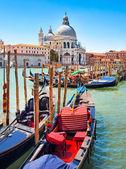 Góndolas en canal grande en venecia, italia — Foto de Stock