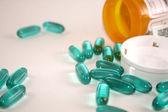 голубые таблетки, разлив из бутылки — Стоковое фото