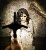 Egzorcyzmy i kobieta opętany przez diabła — Zdjęcie stockowe