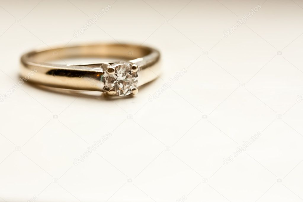 Solitare diamond engagement ring in white gold — Stock Photo #10718892