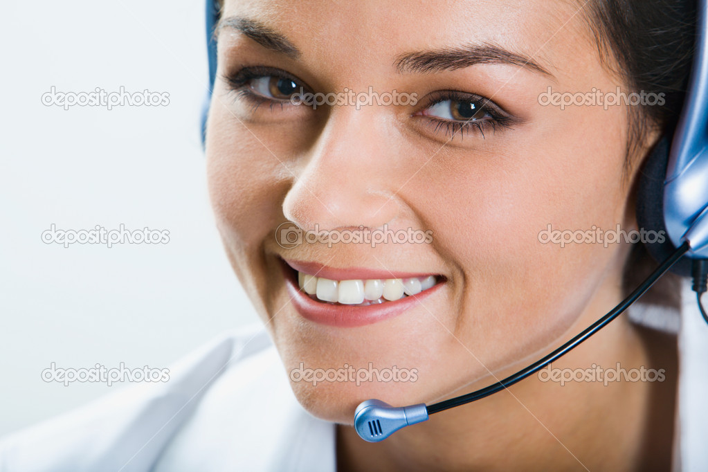 美丽微笑电话接线员与耳机的肖像