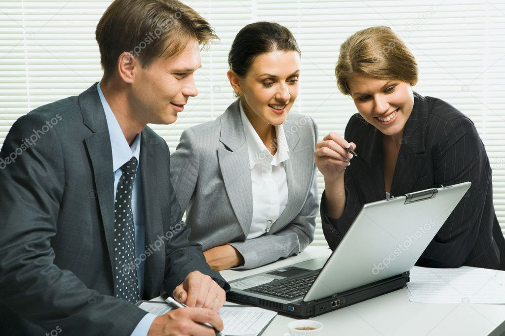 Business woman is explaining the correct way of analysis to her colleagues in  the office — Stock Photo #10709468