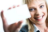 Uma linda mulher segurando um cartão de visita — Fotografia Stock