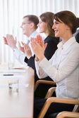 Image d'une entreprise prospère applaudir dans le bureau — Photo