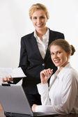 Retrato de duas mulheres de negócios trabalhando juntos a sorrir — Foto Stock