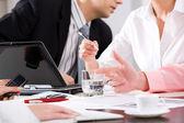 Detail rukou podnikání s pera během vysvětlení na schůzce — Stock fotografie