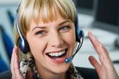 Mulher rindo com fone de ouvido — Foto Stock