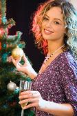 Vrouw en kerstboom — Stockfoto