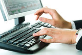 Mains sur le clavier — Photo