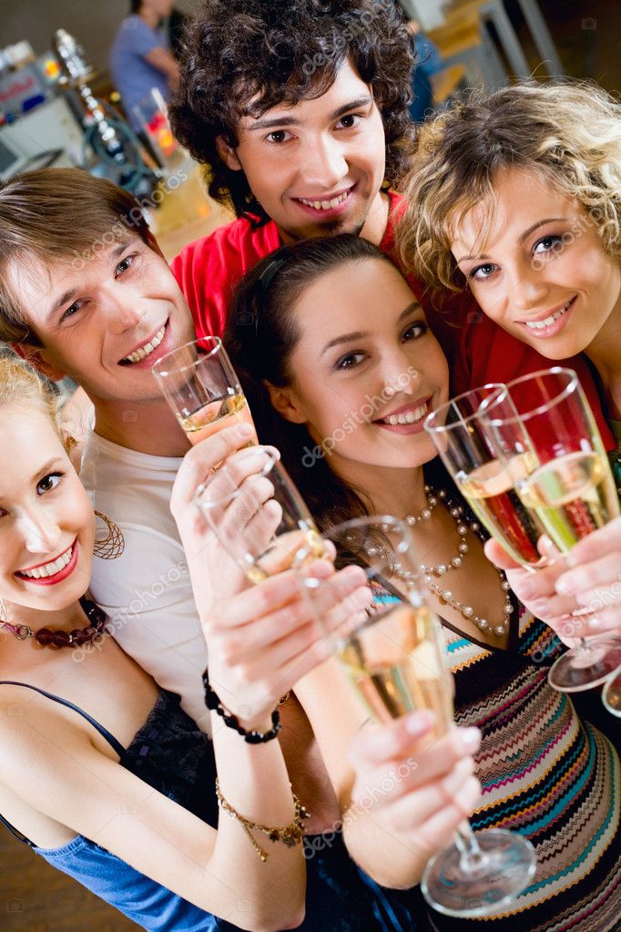 Group of young enjoying cocktails — Stock Photo #10712875