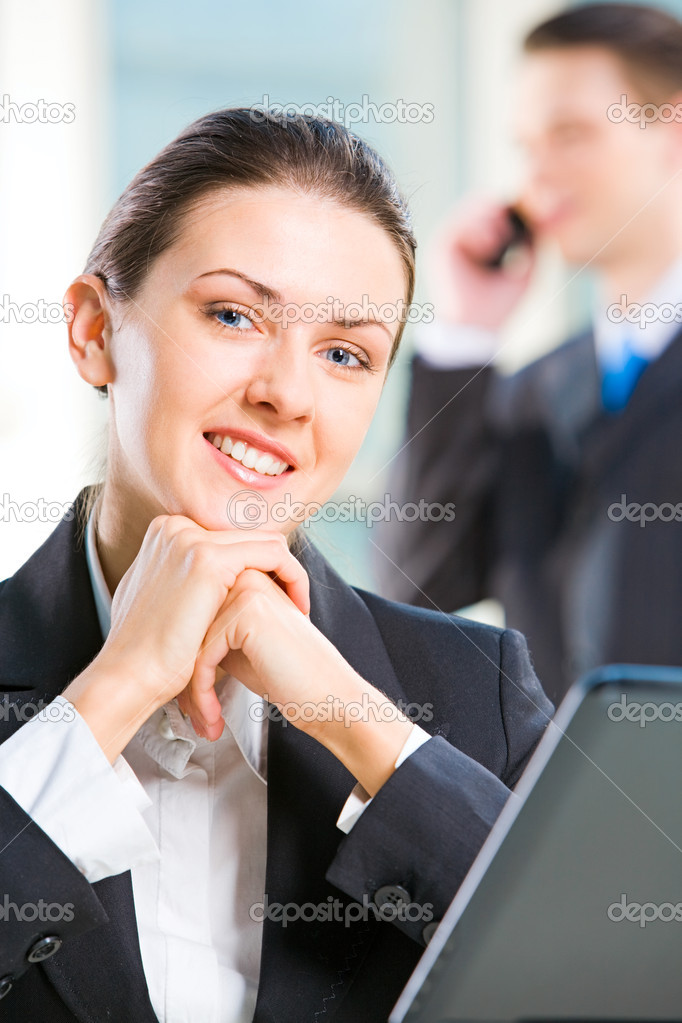 Portrait of smart business woman putting her chin on the fists — Stockfoto #10716987