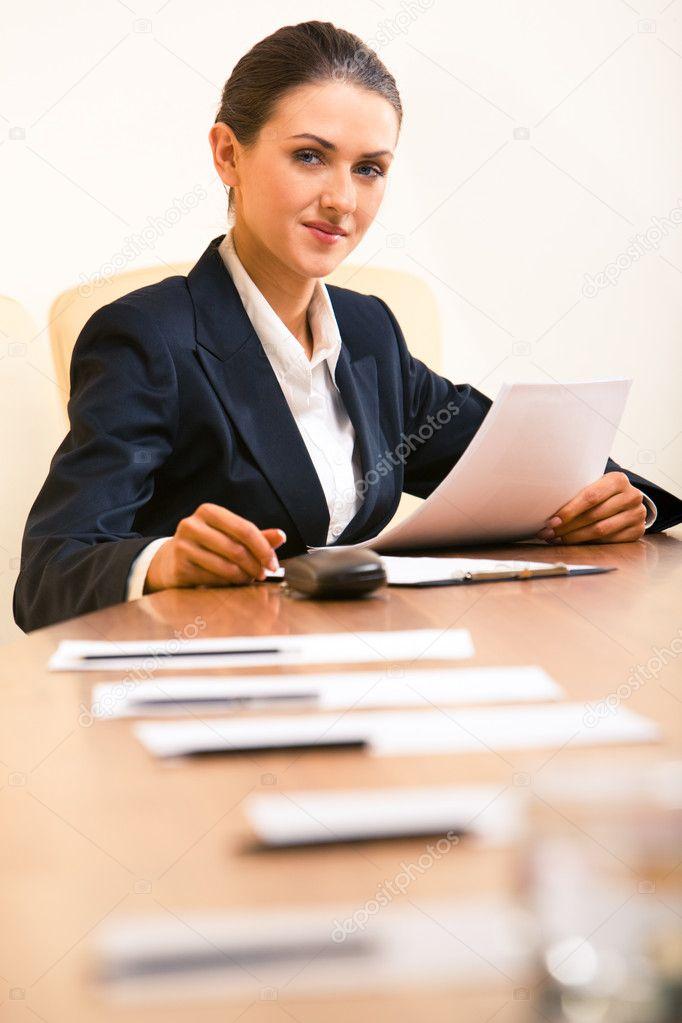 Сидит в рабочем кабинете 5 фотография