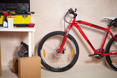 Mountain bike in garage — Stockfoto