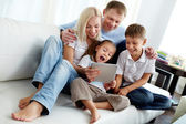 Familie op sofa — Stockfoto