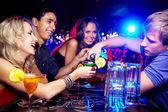 Amigos en el bar — Foto de Stock