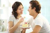 Couple eating cake — Stock Photo