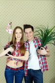 Paar mit pflanzen — Stockfoto