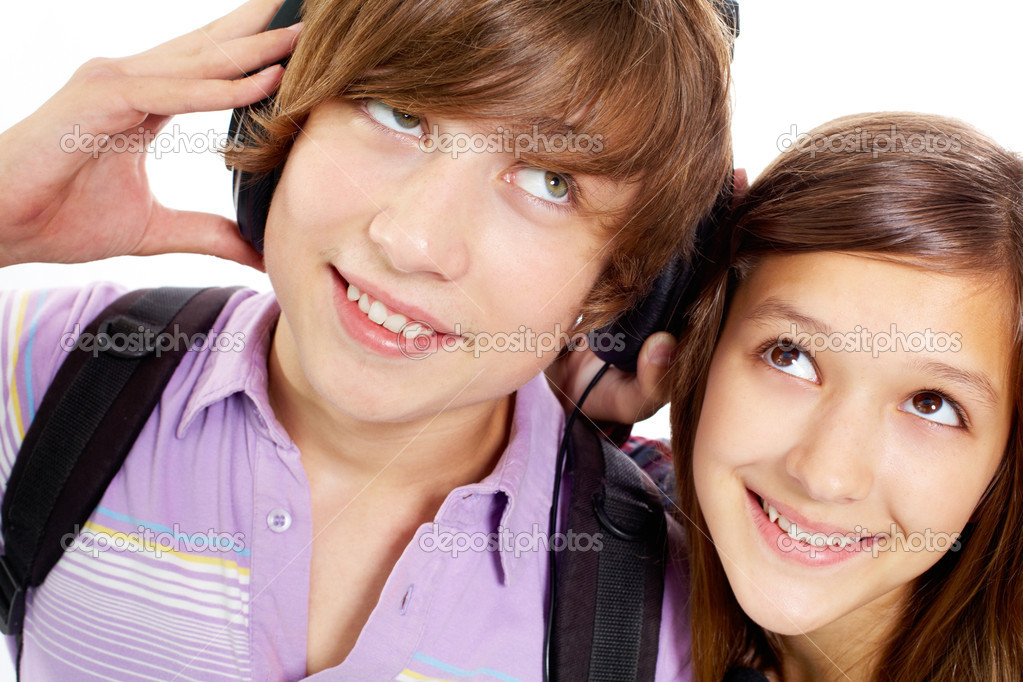Portrait of happy teenagers with headphones listening to music — Stock Photo #10732490