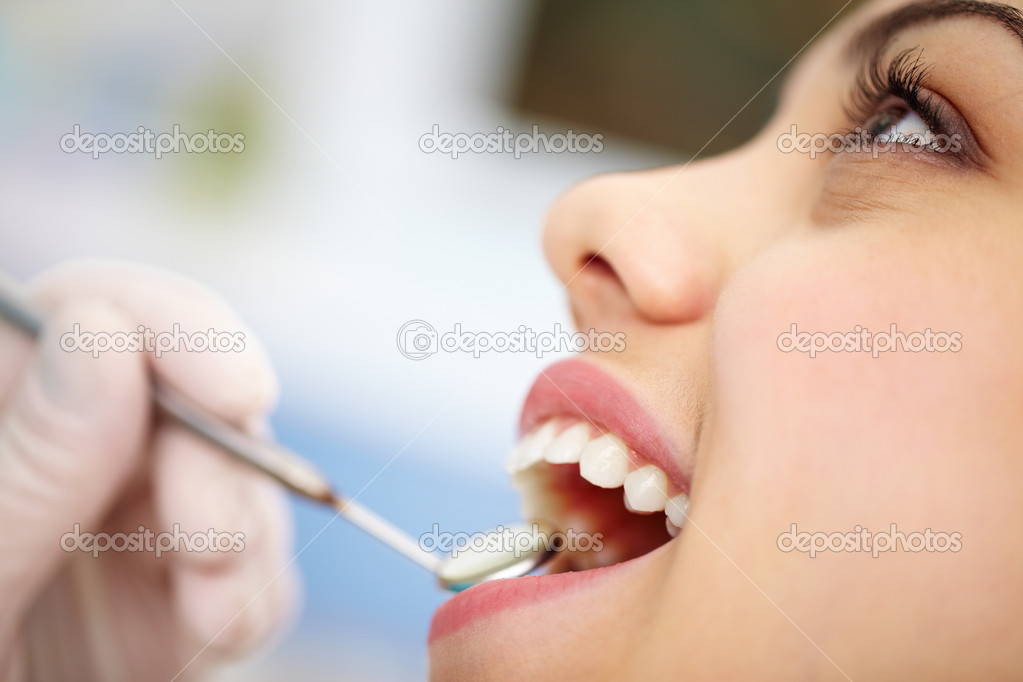 Close-up of a pretty patient with her mouth open — Stockfoto #10733784
